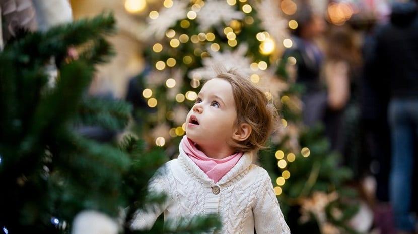 Niña mirando luces de Navidad