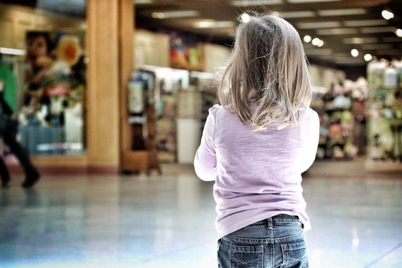 Niña perdida en un centro comercial