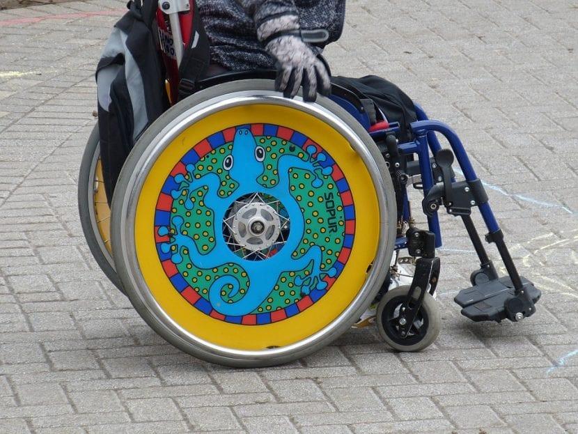 Niño en silla de ruedas.