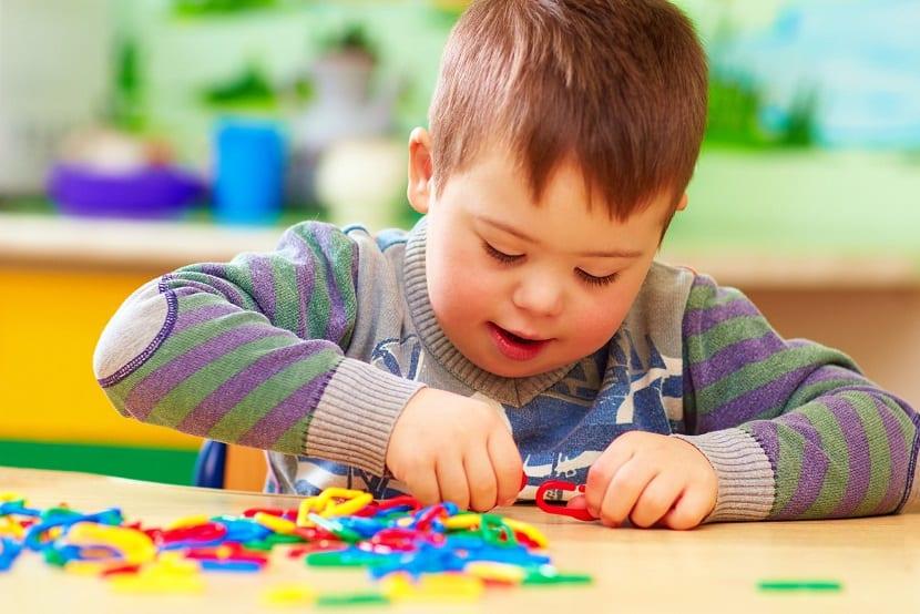 Niño pequeño con discapacidad