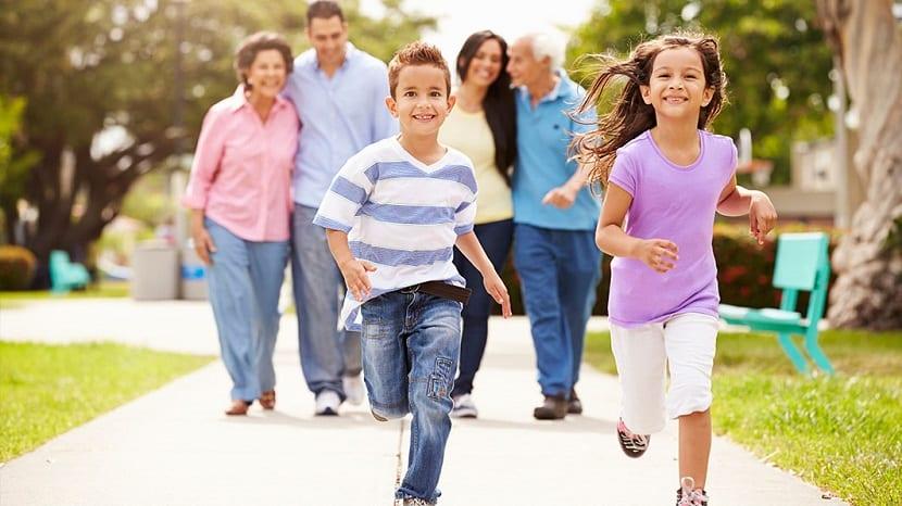Niños corriendo con sus padres y abuelos