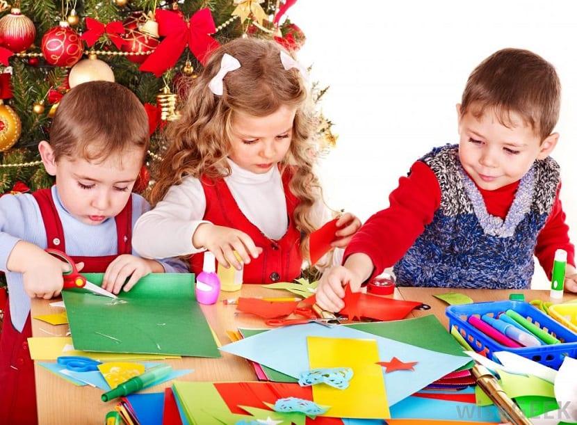 Niños haciendo manualidades de Navidad