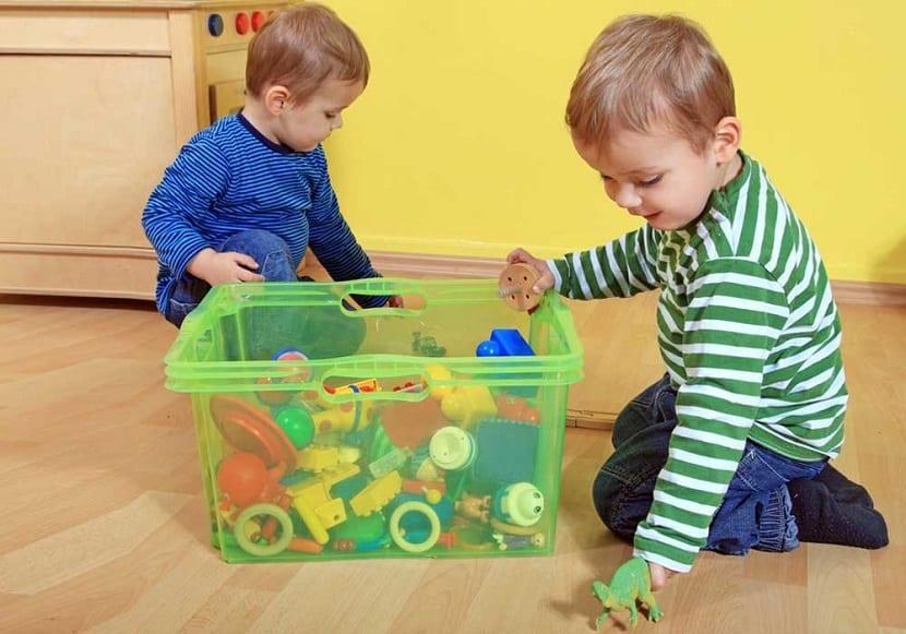Niños recogiendo sus juguetes