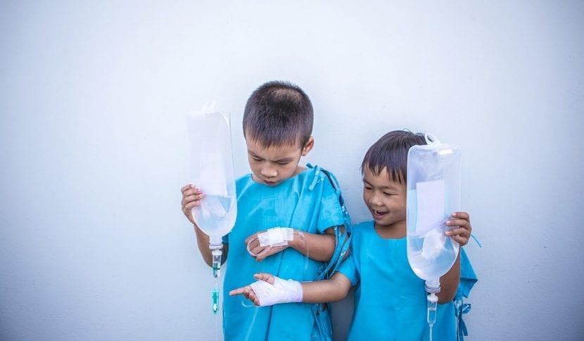 Niños con suero, en el hospital.