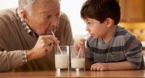 Abuelo y nieto tomando leche
