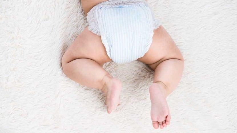 Piernas y culito de un bebé con pañal