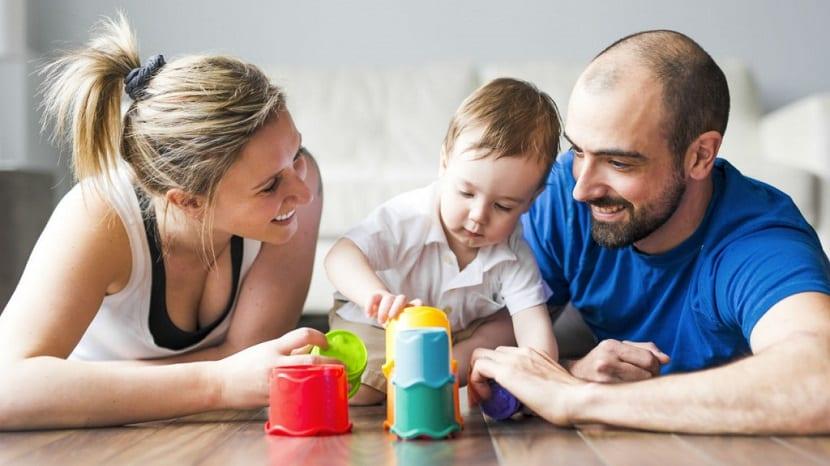 Padres jugando con su bebé