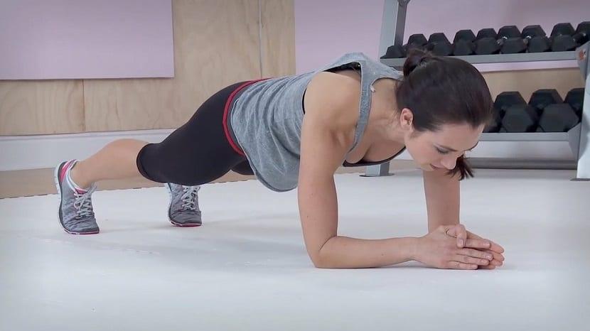 Mujer haciendo plancha abdominal