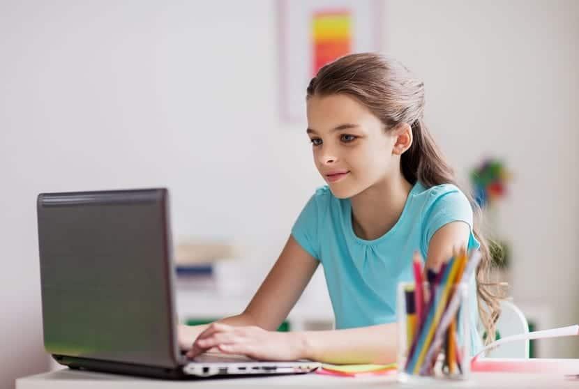 niña adicta a internet