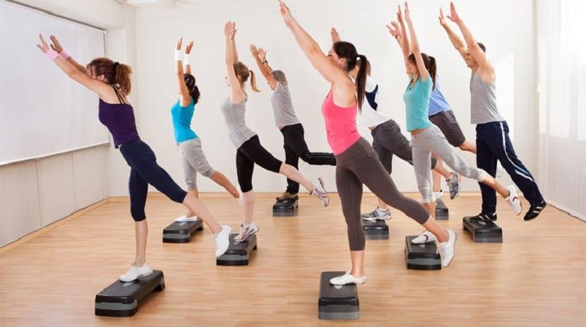 Personas haciendo aerobic