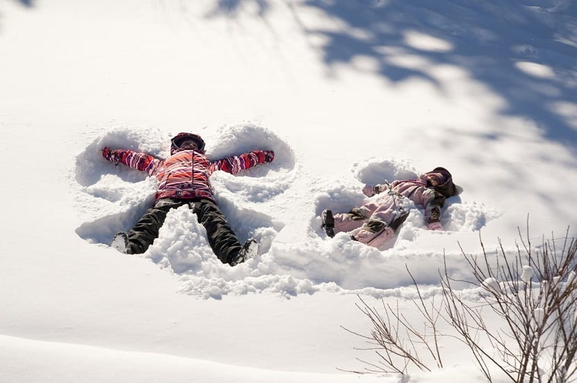 Niños haciendo un ángel en la nieve