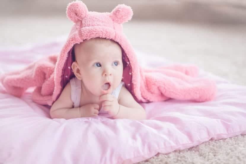 bebé chica preciosa en mantita