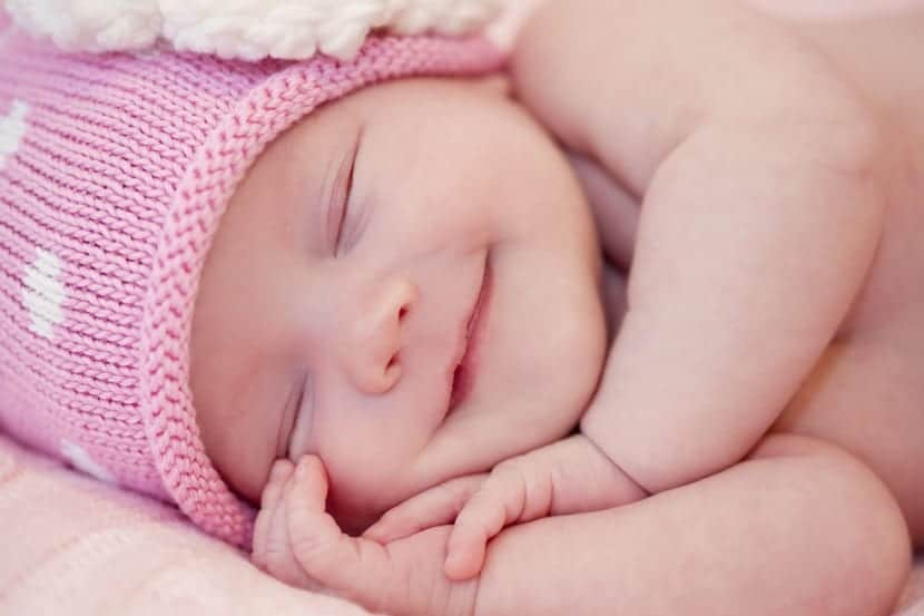 niña bebe sonriendo