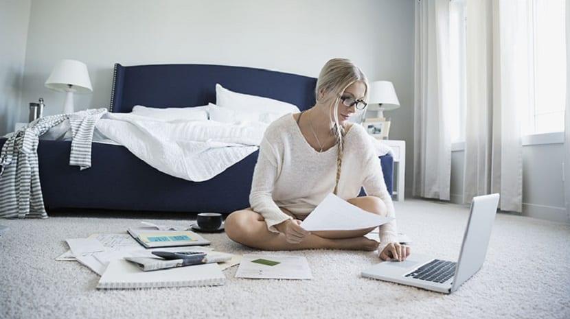 Mujer revisando su ordenador