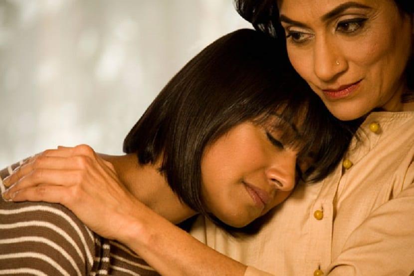 Madre abraza a su hija con depresión