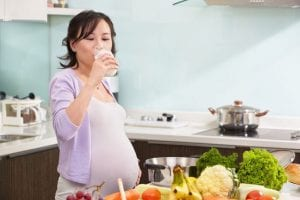 Embarazada tomando leche
