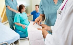 Embarazada realizando trabajo de parto