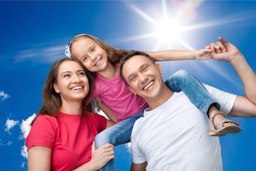 familia contenta y feliz