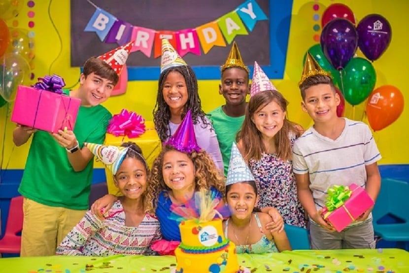 Niños en una fiesta de cumpleaños