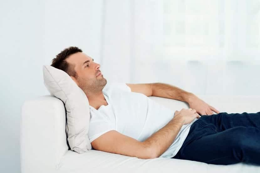 Hombre joven después de pasar por una vasectomía
