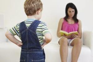 niños que se ha enfadado con su madre