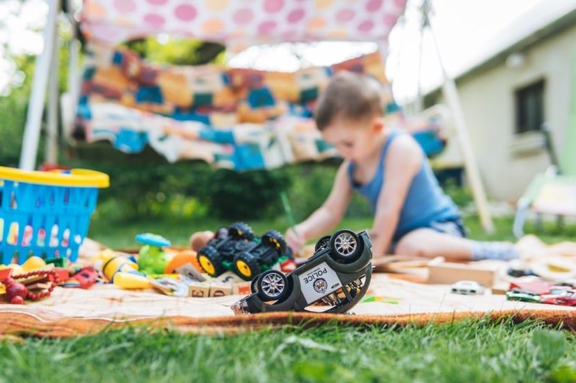 nene jugando solo en el jardin