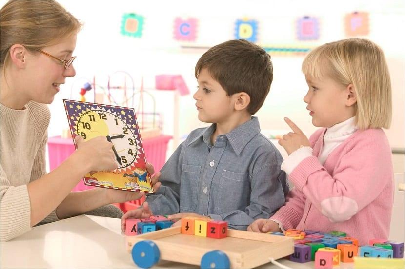 Niños aprendiendo a leer la hora