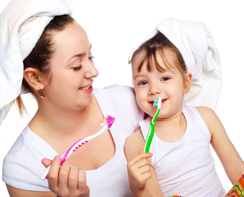 Madre e hija cepillándose los dientes