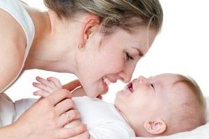 mama que da amor incondicional a su bebé