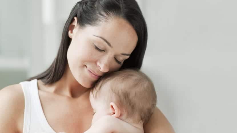 Madre con bebe feliz