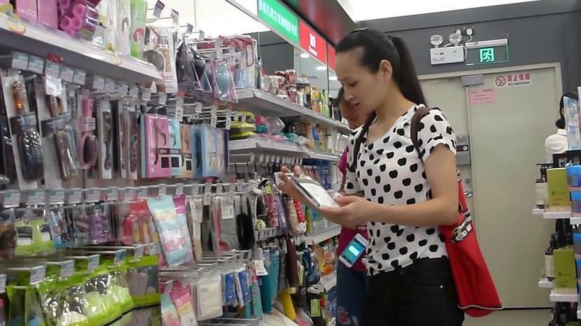 Mujer comprando calcetines