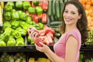 Mujer eligiendo verduras