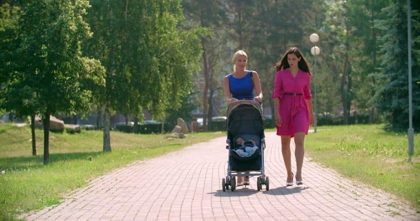 Mujer paseando con su bebé
