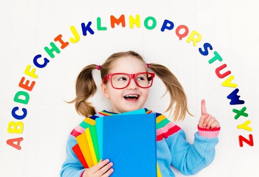 Niña aprendiendo el abecedario