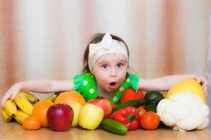 Niña con frutas y verduras