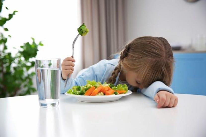 Niña que no quiere comer verduras