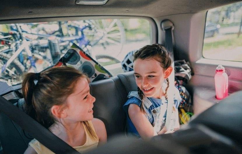 Niñas en un coche