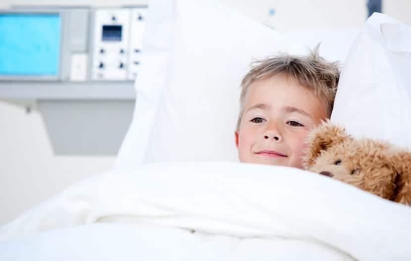 Niño pequeño en una cama de hospital