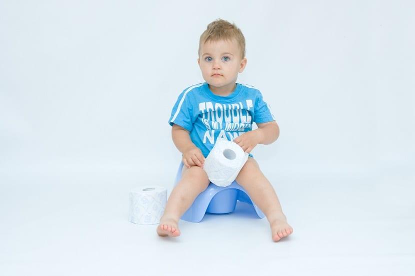Bebé sentado en un orinal