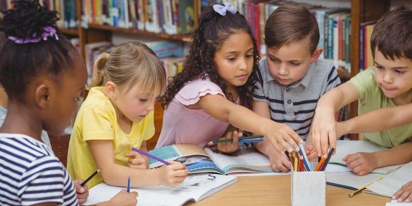 Niños estudiando en la biblioteca