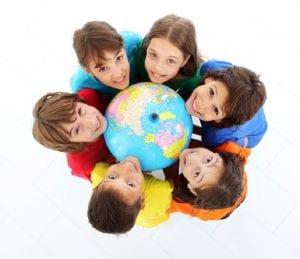 Niños con un globo terráqueo