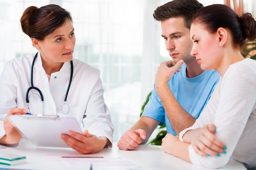 Pareja realizando una consulta médica prenatal