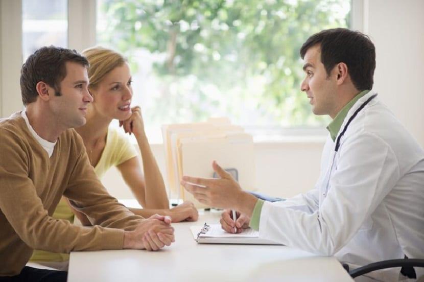 Pareja hablando con un médico