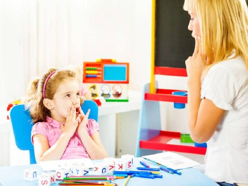 Terapia para niña con tartamudez