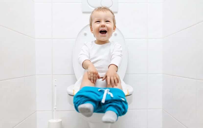 nene feliz usando el orinal