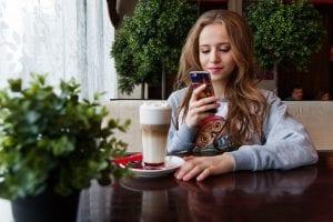 Adolescente se comunica a través del móvil con su círculo de amigos.