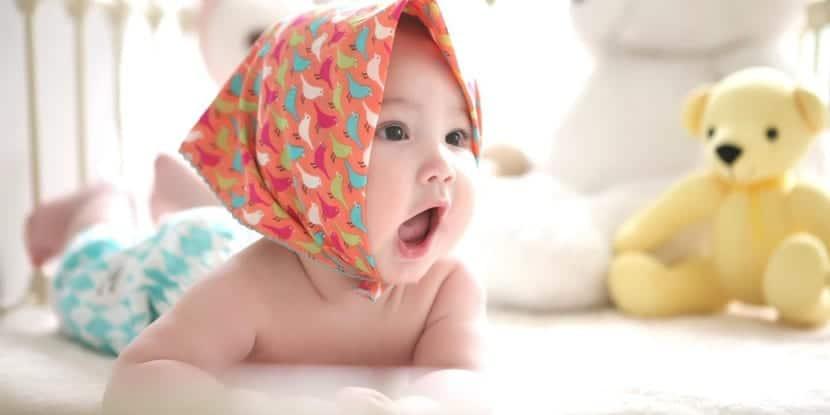bebe niña con pañuelo en la cabeza