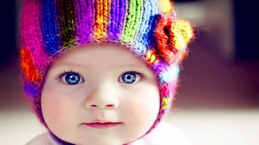 preciosa bebe con gorro de colores