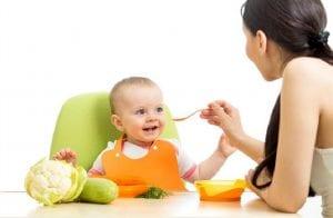 Bebé comiendo verdura