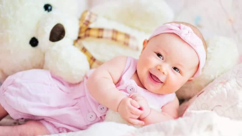 nena con nombre de niña corto preciosa con peluche